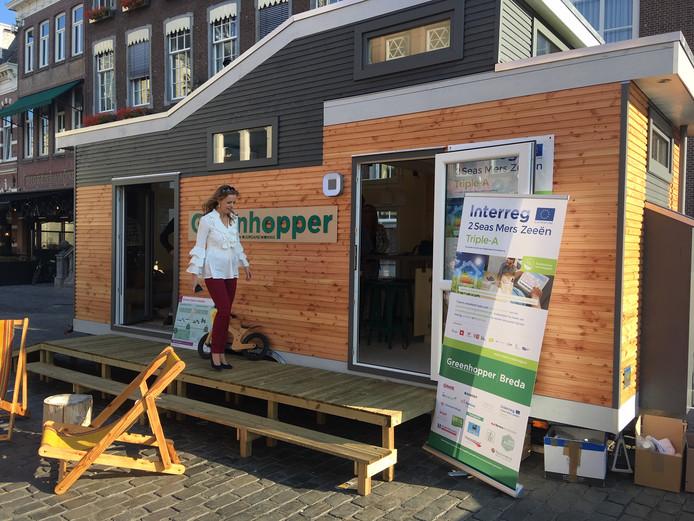 Wethouder Greetje Bos inspecteert de Greenhopper  op de Grote Markt in Breda.