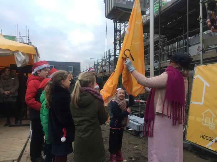 De toekomstige jongste bewoners hijsen de vlag in nieuwbouwwijk Hoge Hoek in Berkel-Enschot