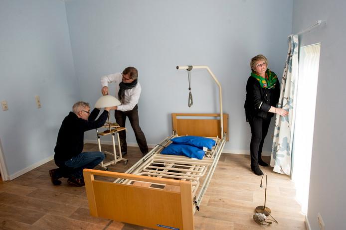 Vrijwilligers van de Kruimelschaar staken ruim een jaar geleden stevig de handen uit de mouwen om het tijdelijke hospice met drie bedden in Oene in te richten.