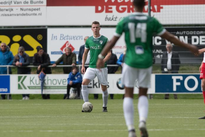 Jan Jurriën Hop (aan de bal) gaat van VVOG naar Hierden.