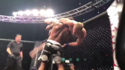 MMA-vechter in zijn slotkamp bespot en uitgedaagd. Dat zou zijn tegenstander op erg gruwelijke wijze bekopen