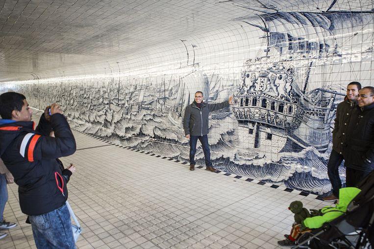 Een nieuwe fiets- en voetgangerstunnel onder Amsterdam Centraal. Beeld Julius Schrank