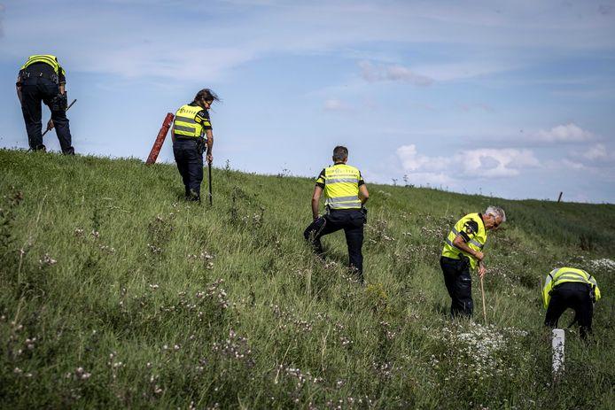 Politie doet onderzoek in de berm op de plek waar een meisje van 14 jaar uit Marken is gevonden langs de dijk tussen Monnickendam en Marken.