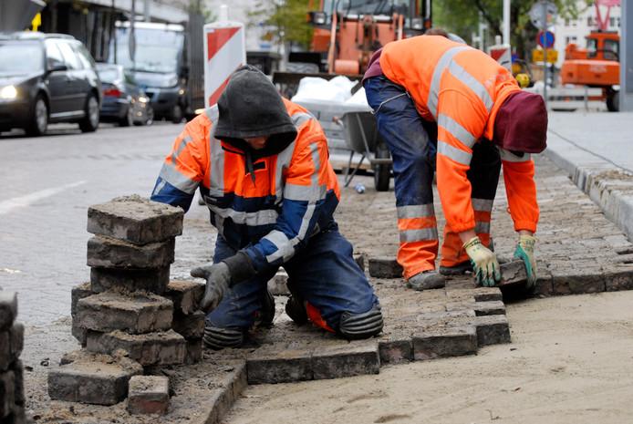 Personeel met een zwaar beroep, zoals stratenmakers en bouwvakkers, moeten eerder met pensioen kunnen, zeggen sociale partners.