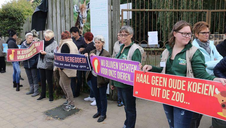 Actievoerders houden spandoeken vast aan de ingang van de Olmense Zoo.