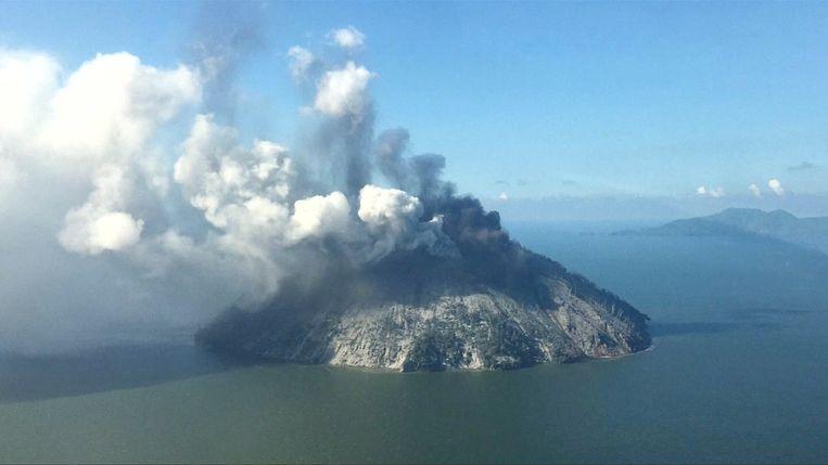 Het vulkaaneiland Kadovar spuwt as en rook de lucht in.