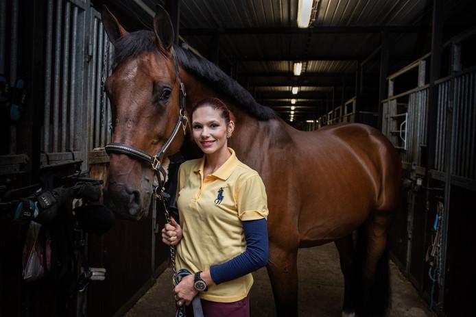 Het paard van Elisa Titania Dos Santos (28) uit Borne werd gisteren in de trailer onrustig op de N36, waardoor er een gevaarlijke situatie ontstond.