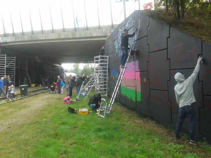 Tientallen graffiti-schrijvers werken zondag met mysterieuze namen als Airok, Myk en Satu.