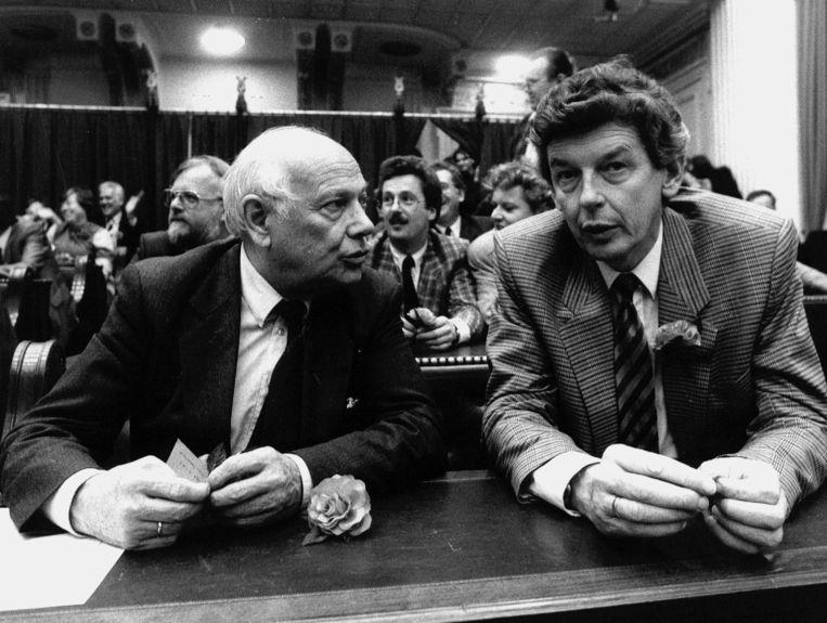 Juni 1986; beëdiging van de Tweede Kamer-leden. 'Coming man' in de PvdA Wim Kok met 'oude rot' Joop den Uyl.  Beeld ANP