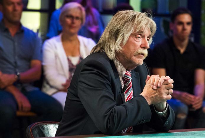 Tafelheer Johan Derksen in de studio van RTL-voetbaltalkshow VI Oranje blijft thuis.
