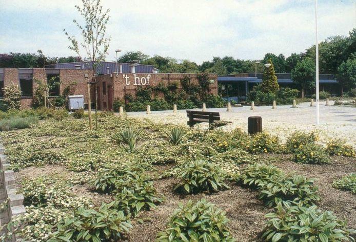 Voormalig buurthuis 't Hof, van 1971 tot 1993 de thuisbasis van de VVV, inmiddels gevestigd in het Teutenhuis.