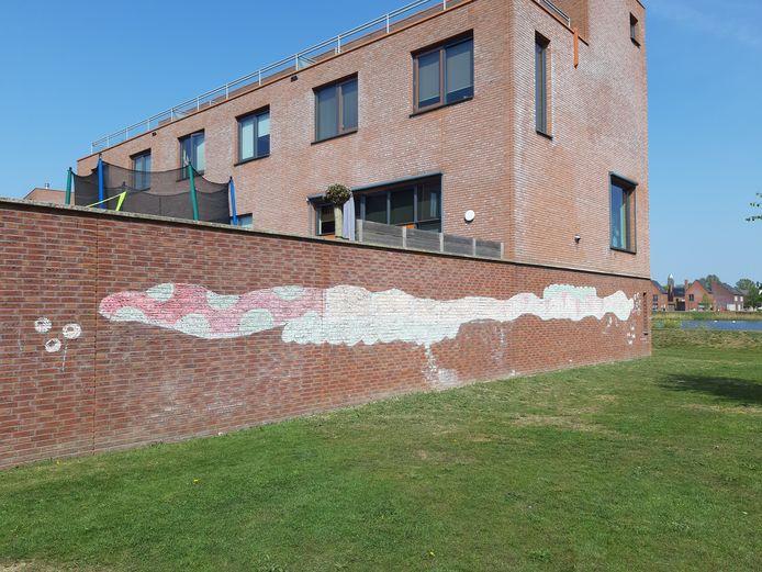 Vijf kinderen in Breda maken de meest prachtige krijtkunst op muren in de wijk Waterdonken en Geeren-Noord. Hier de slang in de Lange Weide.