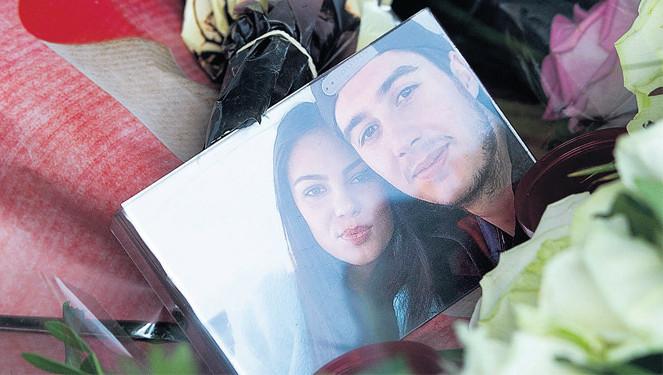 Een foto van de omgekomen Bryce Fredriksz met zijn vriendin Daisy Oehlers in de bloemenzee op Schiphol.