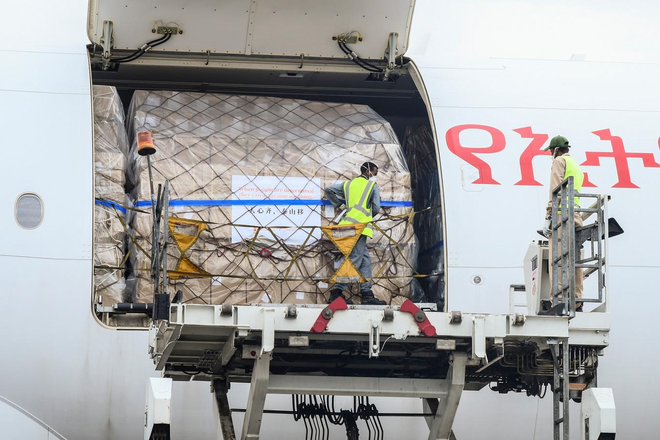 Op de luchthaven van Addis Ababa laden arbeiders een vliegtuig uit met medische goederen uit China. De hulpvracht is beschikbaar gesteld door de Jack Ma Foundation.