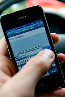 Automobilist uit Eindhoven fotografeert met mobiel politiecontroleur op... mobieltjes