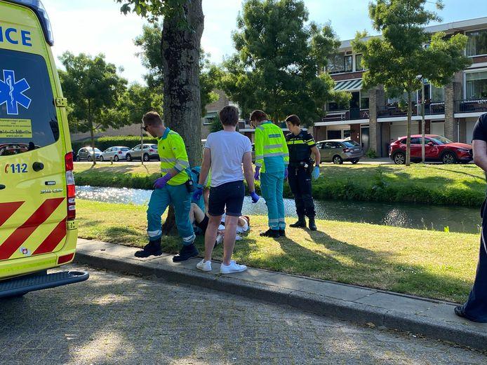 Het slachtoffer was nog goed aanspreekbaar toen hij de ambulance werd ingedragen.