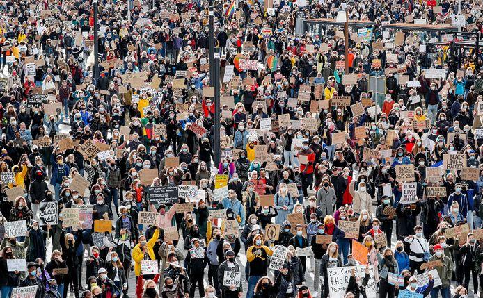Meer dan 3500 mensen demonstreren op het Jaarbeursplein.