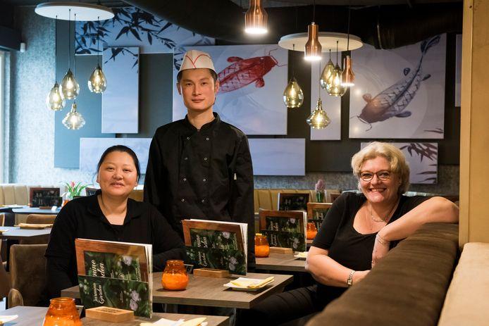 Aziatisch restaurant Jasmine Garden. Eigenaresse Xianjing Yang, haar vriend en kok Zhengda Cheng, samen met gastvrouw Jorieke Schouten.