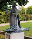 Het monumentale Sint-Amelbergabeeld van Karel Aubroeck in het Vlietpark aan de Scheldebrug in Temse.