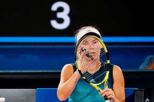 Caroline Wozniacki checkt haar racket.