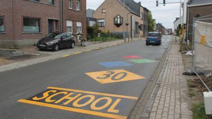 Kleurrijke wegmarkeringen aan Klein Klein Kleutertje