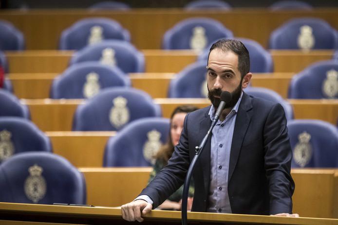 Kamerlid Cem Lacin van SP tijdens het debat over de besluitvorming rond vliegveld Lelystad Airport.