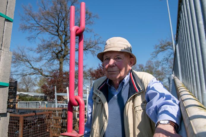 De 94-jarige Reinder Jan Klijn bij het kunstwerk De Schakel dat hij in de jaren zeventig ontwierp. Het werk staat nu in opslag op de gemeentewerf van Nieuwleusen. COPYRIGHT ALEX MULDER