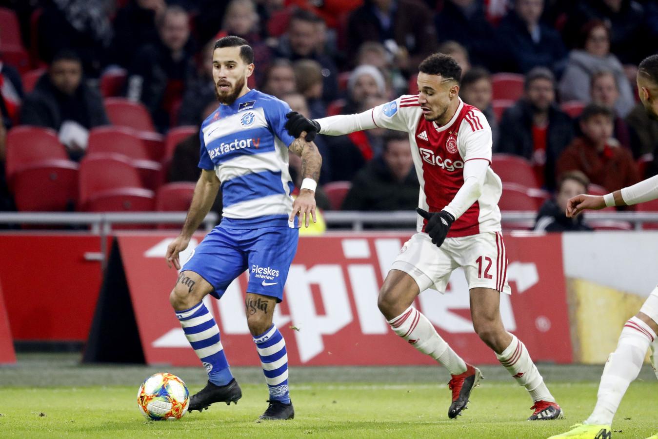 Jordy Tutuarima aan de bal tegen Ajax.