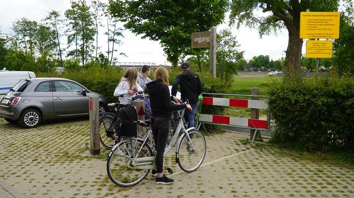 Tjsa. Dat mag dus niet meer. Deze jongeren die gezellig de uiterwaarden van de IJssel bij Deventer op willen zoeken, stuiten sinds op verbodsborden en hekken.