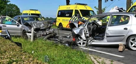 Gewonden bij ernstig ongeluk in Rijsbergen, twee auto's knallen frontaal op elkaar