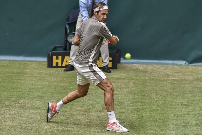 Roger Federer in actie op het gras van Halle.
