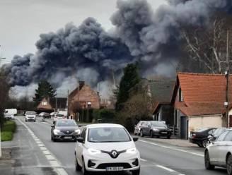 Opgepast voor rook van zware bedrijfsbrand in Belle: houd ramen en deuren gesloten