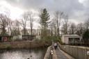 Oude cottages (links) en gerenoveerde staan nu nog naast elkaar. Eind 2021 moet het hele park een moderne uitstraling hebben.