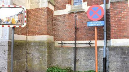Oud torenkruis staat nu tegen de kerkgevel