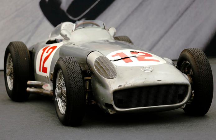 De Mercedes-Benz W196 waarmee Juan Manuel Fangio in 1954 de Grands Prix van Zwitserland en Duitsland won werd verkocht voor bijna 25 miljoen euro.