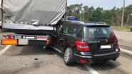 Auto crasht tegen vrachtwagen tijdens achtervolging door politie