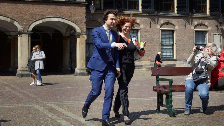 Jesse Klaver en Kathalijne Buitenweg (R) van GroenLinks op het Binnenhof voor aanvang van de formatiegesprekken met informateur Edith Schippers, na de lunchpauze Beeld ANP