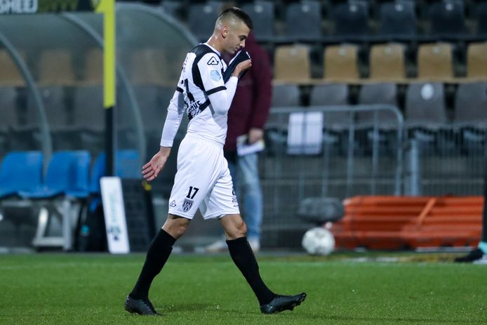 Heracles-spits Adrian Szöke moest er net voor rust met rood af tegen VVV.