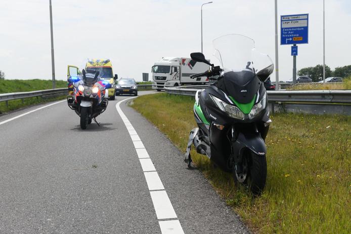 De oprit richting de N11 is dicht door een eenzijdig ongeval met een motor.