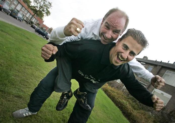Frank Bakermans op de rug van zoon Rudy Bakermans. foto Irene Wouters
