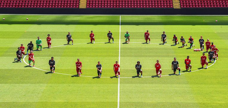 In Liverpool knielen de spelers ter nagedachtenis van George Floyd.  Beeld Liverpool FC via Getty Images