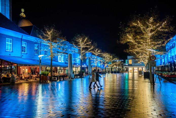 De gevels van de panden op de Markt zijn uitgelicht in de kenmerkende blauwe kleur van met chroom gelooid kleur.