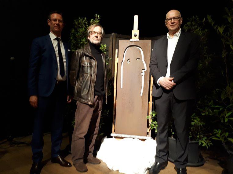 Cultuurschepen Kurt Himpe (N-VA) overhandigde tijdens de officiële plechtigheid een kunstwerk van Geert Devos aan regisseur Bart Cafmeyer.