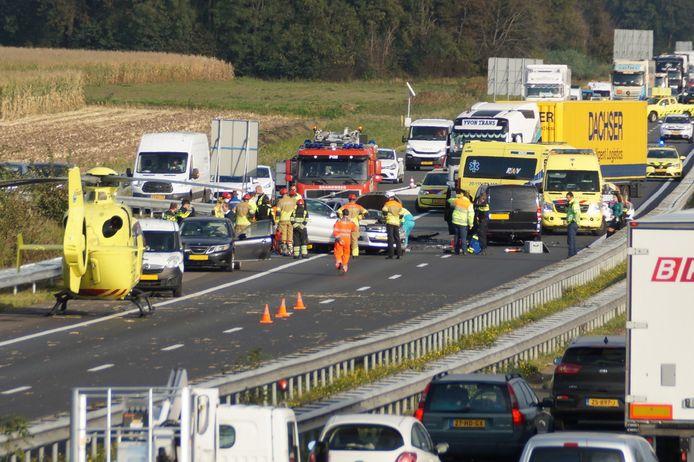 De traumahelikopter landde op de A59.