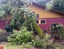 Tom van Wijk stuurde deze foto  waarop de schade aan Kinderboerderij De Goffert is te zien.