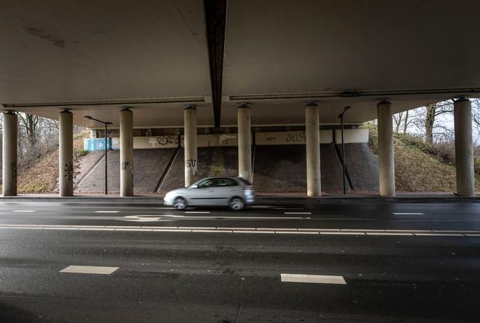 De wanden onder het viaduct van de A67 in Geldrop. Er komt waarschijnlijk subsidie voor het verfraaien van de wanden met graffiti.