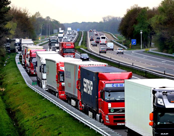Vrachtwagens zoeken vluchtstrook op.