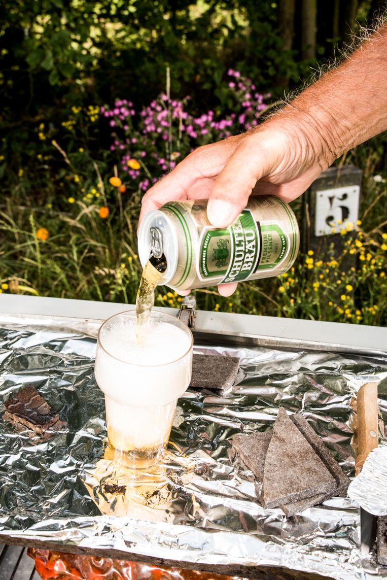 Diny: 'Hier drinken we Schultenbräu, thuis Brand of Grolsch.' Beeld Jan Mulders