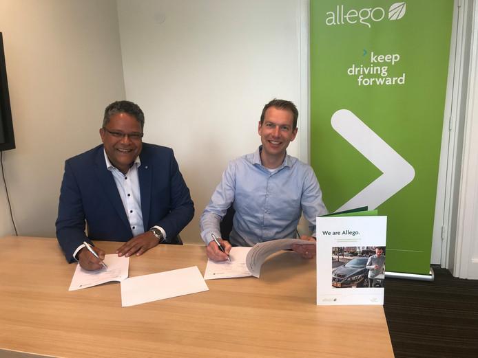 Wethouder Stefan van Someren (links) en Maurice Brunnenkreef van Allego ondertekenen de samenwerking