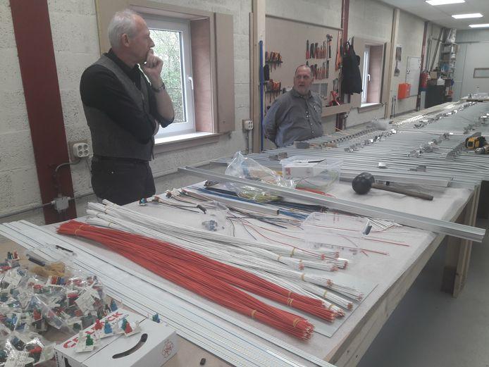 Luc Simkens (links) en Fried van der Geld van Holland Lighting Group overleggen bij de productielijn voor industriële ledarmaturen.